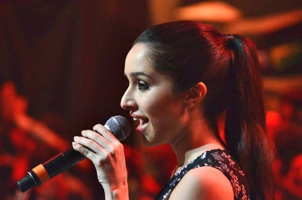 oeuoqbdp66hxi5p0-d-0-shraddha-kapoor-singing-at-film-haider-promotions-on-star-plus-show-indias-raw-star_1429707913